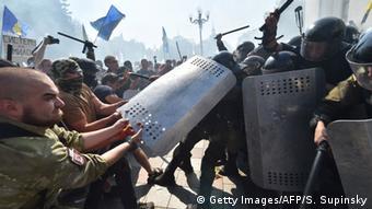 Ukraine, Kiew: Auseinandersetzungen an der Werchowna Rada (Foto: SERGEI SUPINSKY/AFP/Getty Images)