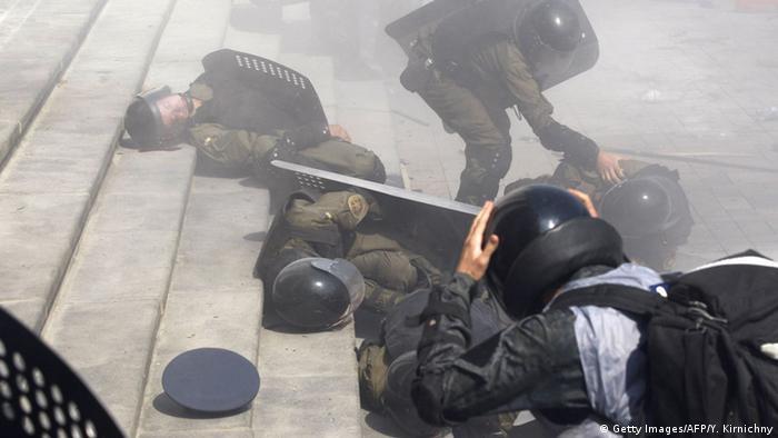 Раненые полицейские во время столкновений у Верховной рады в Киеве