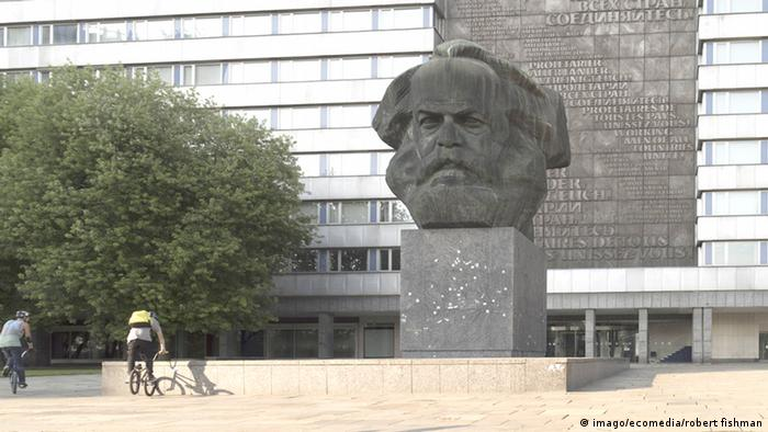 Large head of Karl Marx (Imago/ecomedia/robert fishman)