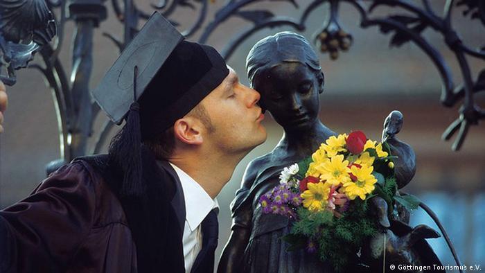 Beijo na Gänseliesel traz sorte aos recém-formados em Göttingen