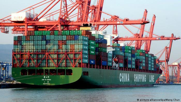 Китайский контейнеровоз в порту