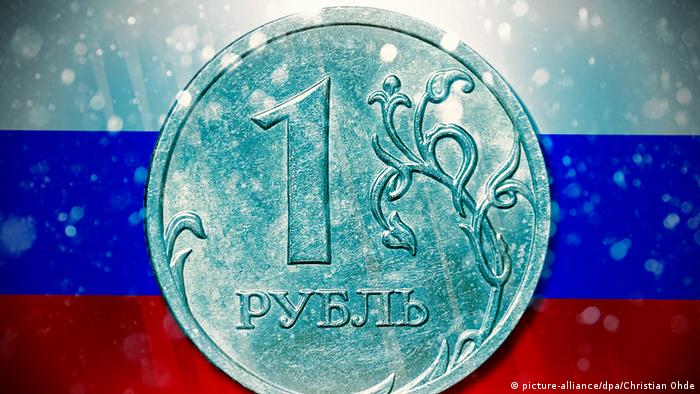 Монета в один российский рубль и флаг РФ