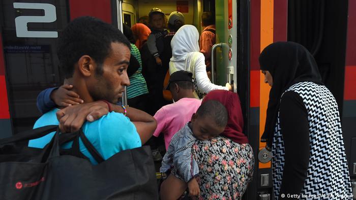 Migrants boarding train (photo: read JOE KLAMAR/AFP/Getty Images)
