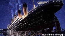 ARCHIV - Die zeitgenössische Darstellung zeigt den Untergang des Luxusliners Titanic vor hundert Jahren (1912) (Reproaufnahme vom 14.01.1998). Hundert Jahre nach dem Untergang der Titanic wird jetzt durch das New Yorker Auktionshaus Guernsey's alles versteigert, was von dem Luxusschiff übrig geblieben ist. Das Los umfasst 5500 Artefakte, alle Videoaufnahmen aus der Tiefe und die Rechte für das Wrack. Gebote müssen bis Ende des Monats in New York vorliegen. Foto: dpa (zu dpa-Themenpaket 100 Jahre Untergang der Titanic vom 15.03.2012) +++(c) dpa - Bildfunk+++