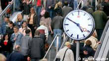 Berlin, 27.05.06 JE - Berlin Hauptbahnhof, Bahnhofsuhr und Bahnkunden. 47189058