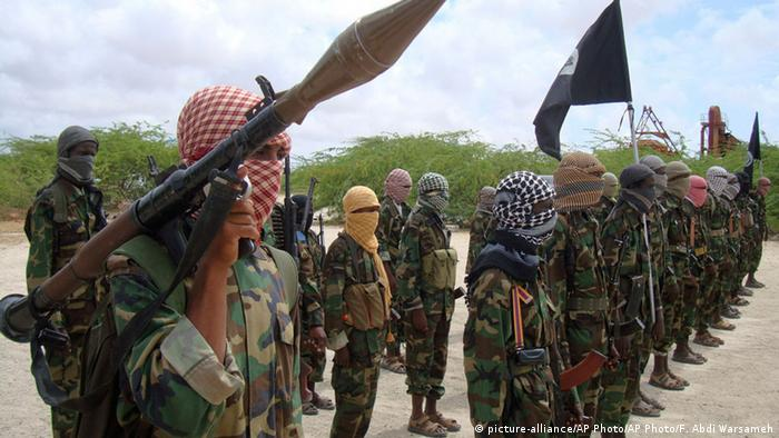 Al-Shabaab Kämpfer in Mogadishu (picture-alliance/AP Photo/AP Photo/F. Abdi Warsameh)