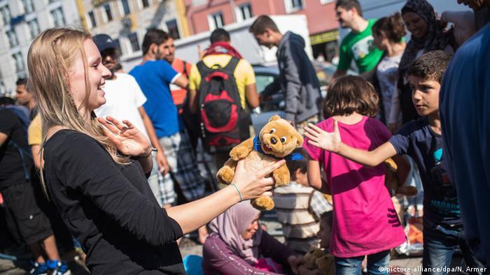 Волонтеры встречают беженцев в Мюнхене