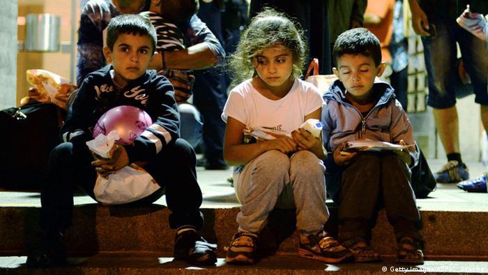 HUNGRIA: Miles de refugiados pasan la noche junto a la estaci�n de Budapest
