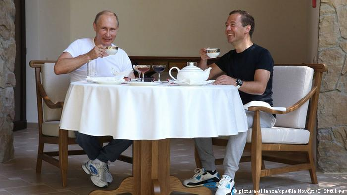 Putin und Medwedew beim Frühstück (Foto: EPA/EKATERINA SHTUKINA/RIA NOVOSTI/GOVERNMENT PRESS SERVICE +++(c) dpa)