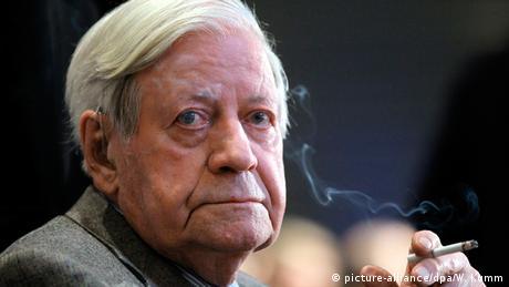 Altkanzler Helmut Schmidt raucht eine Zigarette