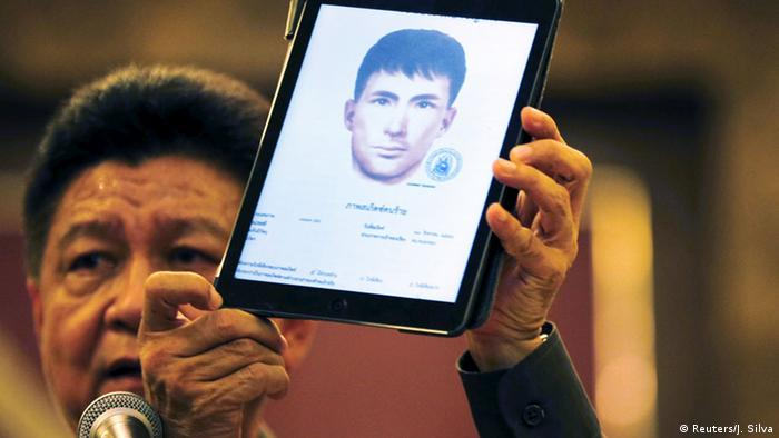 Thai police spokesman Prawut Thawornsiri shows a sketch of a suspect believed to be involved in the recent Bangkok blast at the Royal Thai Police headquarters in Bangkok, Thailand, September 1, 2015 (Photo: REUTERS/Jorge Silva)