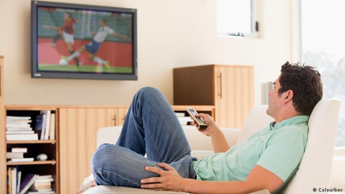Muškarac gleda nogomet