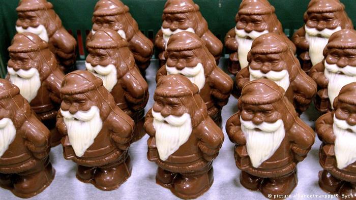 Weihnachtsmänner aus Schokolade (picture alliance/maxppp/R. Bych)