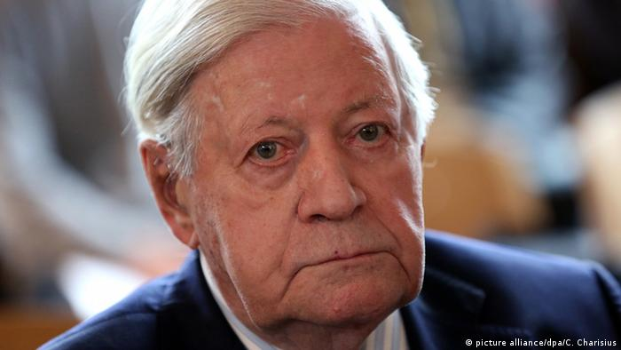 Deutschland Altkanzler Helmut Schmidt auf Intensivstation (picture alliance/dpa/C. Charisius)