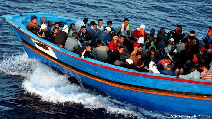 Flüchtlinge auf Boot im Mittelmeer (Getty Images/M. Di Lauro)