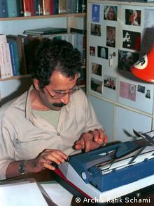 Rafik Schami in Heildelberg an seinem Schreibtisch