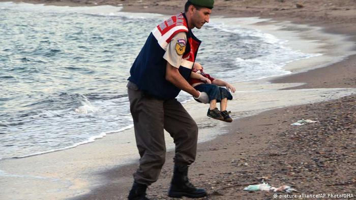 Фото утонувшего сирийского мальчика на руках у мужчины