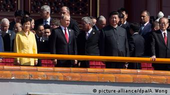 Front (L-R) South Korean President Park Geun Hye, Russian President Vladimir Putin, Chinese President Xi Jinping, former Chinese President Jian Zemin, former Chinese President Hu Jintao, and Chinese Premier Li Keqiang arrive on top of Tiananmen Gate to watch a military parade to commemorate the 70th anniversary of the end of World War II in Beijing, China, 03 September 2015 (Photo: EPA/ANDY WONG / POOL +++(c) dpa - Bildfunk+++)