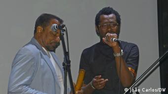 Die Musiker Bonga und Rapper MCK aus Angola in Lissabon