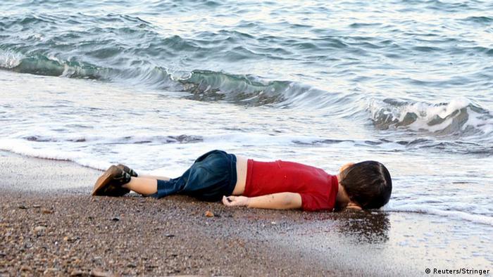 Toter Junge liegt am Strand (Foto: Reuters/Stringer)