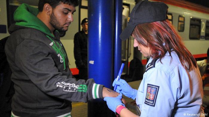 Tschechien Bahnhof Migration Flüchtlinge Asylpolitik Bahnhof Nummerieren der Flüchtlinge