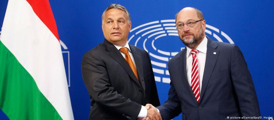 O primeiro-ministrro húngaro, Viktor Orban (esq), e o presidente do Parlamento Europeu, Martin Schulz