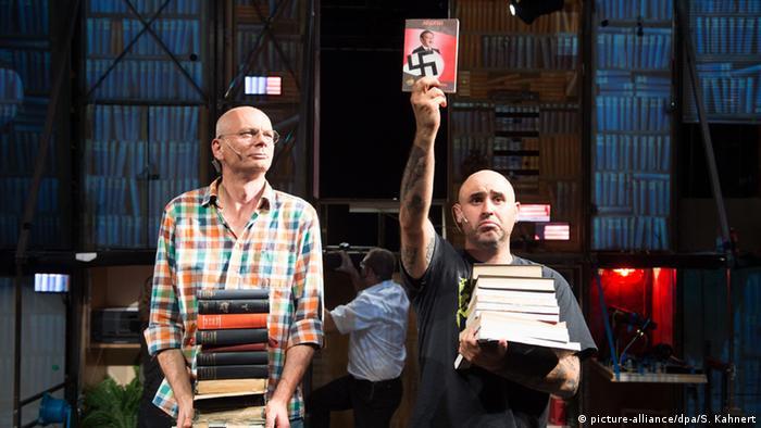 Zwei Schauspieler auf der Bühne (Foto: picture alliance/dpa/S. Kahnert)