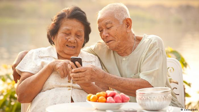 Symbolbild Senioren mit Handy