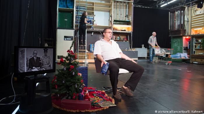 Schauspieler Alon Kraus sitzt in einem Stuhl auf der Bühne icture alliance/dpa/S. Kahnert)