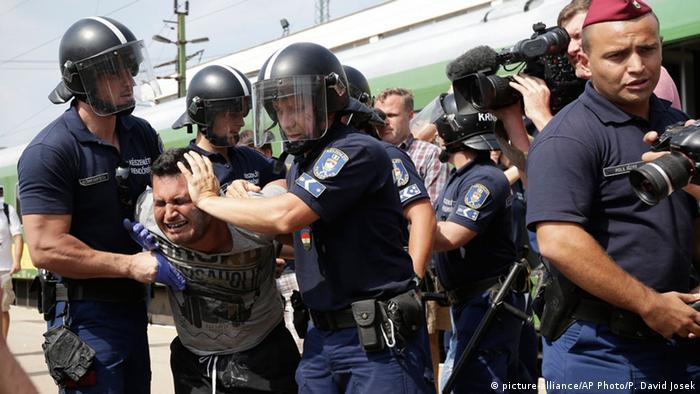 Ungarn Bicske Flüchtlinge Polizei Verhaftung