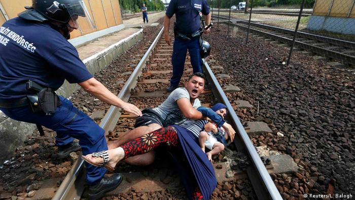 Венгрия, город Бичке. Полицейские и семья беженцев.