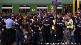 Ungarn Bicske Flüchtlinge Zug Polizei