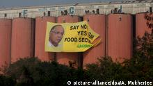 Greenpeace Indien Aktion Aktivismus Food Corporation FCI Banner Genmanipulation (picture-alliance/dpa/A. Mukherjee)