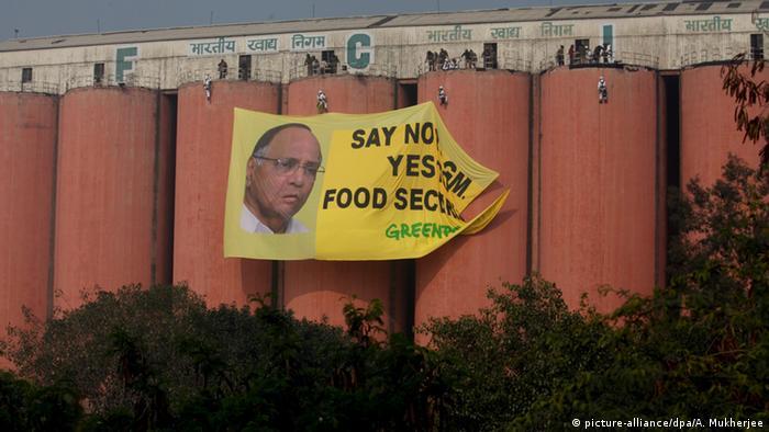 Greenpeace Indien Aktion Aktivismus Food Corporation FCI Banner Genmanipulation