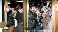 Berlin 1990 Demonstranten stürmen die Zentrale der Staatsicherheit der DDR