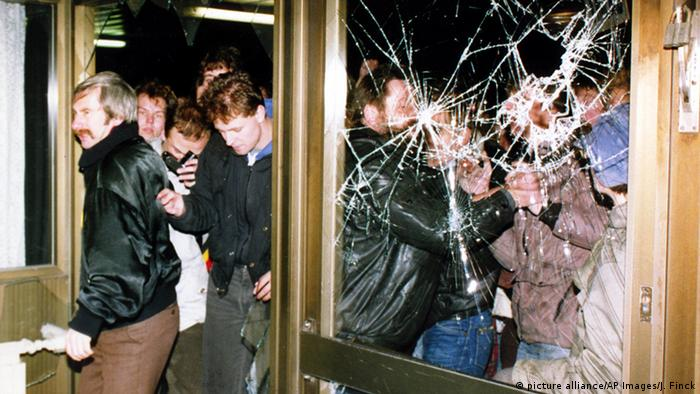 Berlin 1990 Demonstranten stürmen die Zentrale der Staatsicherheit der DDR (picture alliance/AP Images/J. Finck)