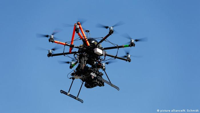 A camera drone flying in the air (Photo: picture-alliance/N. Schmidt)