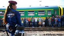 Ungarn Flüchtlinge am Bahnhof in Bicske
