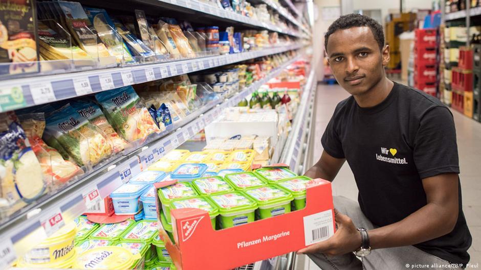 19-летний беженец из Эритреи получил место практиканта в супермаркете в маленьком городке на востоке Германии