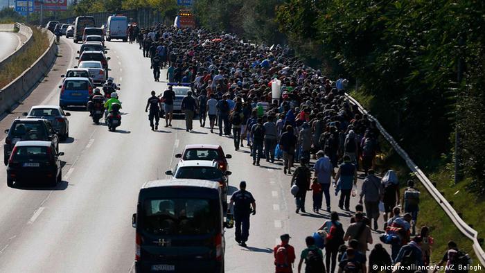 Ungarn Flüchtlinge in Budapest machen sich zu Fuß Richtung Deutschland auf