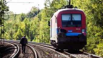 Ungarn Bicske Flüchtlinge auf den Schienen