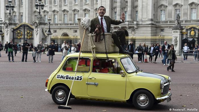 Роуэн Аткинсон в роли мистера Бина на автомобиле Mini