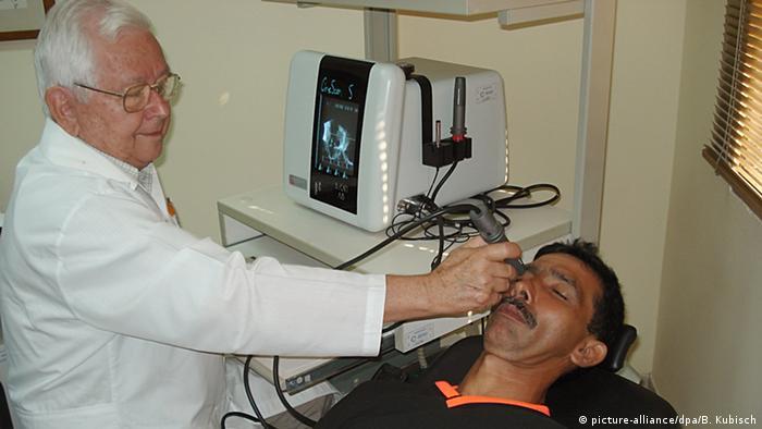 Kuba Arzt Untersuchung in Augenklinik (picture-alliance/dpa/B. Kubisch)