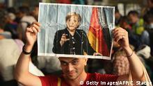Ungarn Budapest Flüchtlinge mit Merkel Plakaten