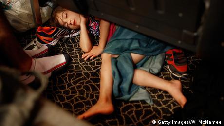Syrisches Flüchtlingsmädchen schläft auf einer Fähre der Insel Kos