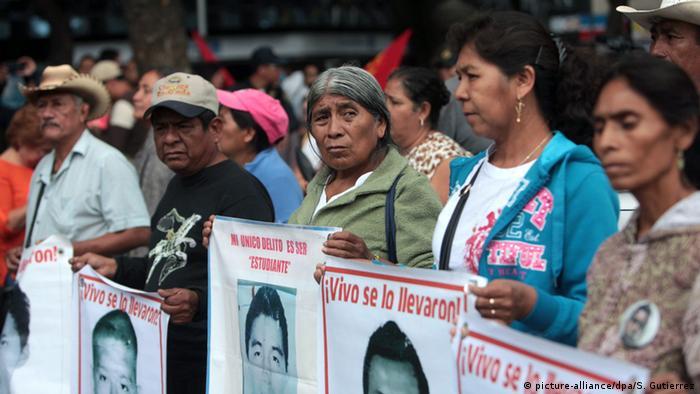 Wie hier in Mexiko-Stadt demonstrieren seit der Tat im September 2014 Freunde und Angehörige unter anderem gegen die schleppend verlaufenden (Foto: dpa)