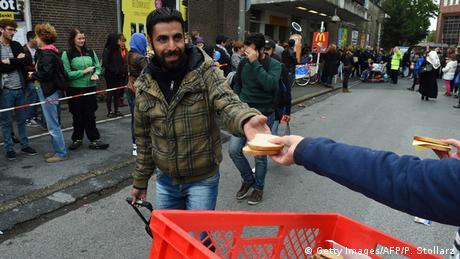 Flüchtling nimmt Brot (Foto: PATRIK STOLLARZ/AFP/Getty Images)