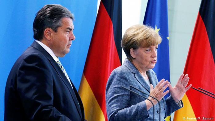 PK Merkel Gabriel zum Umgang mit steigenden Flüchtlingszahlen (Reuters/F. Bensch)