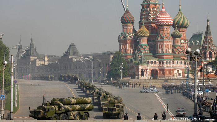 Russland militärische Aufrüstung (picture alliance/AP Photo/S. Ponomarev)