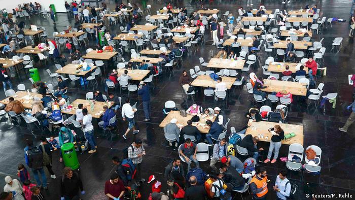 Один из срочно оборудованных первичных центров размещения беженцев в Мюнхене